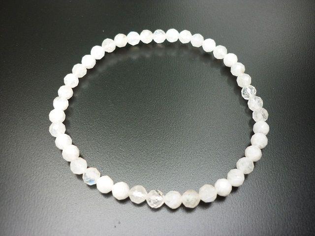 Měsíční kámen bílý náramek kuličky 4 mm faset