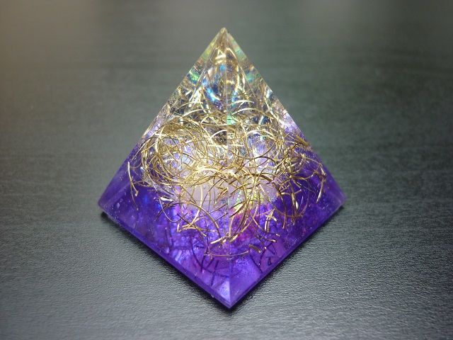 Orgonit pyramida 30 mm fialová